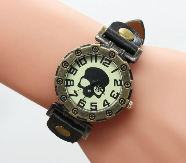 Relógio Caveira Retrôrock Couro e Fivelas - SkullAchando