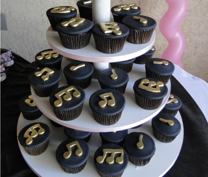 Kit com 10 Cupcakes de Notas Musicais