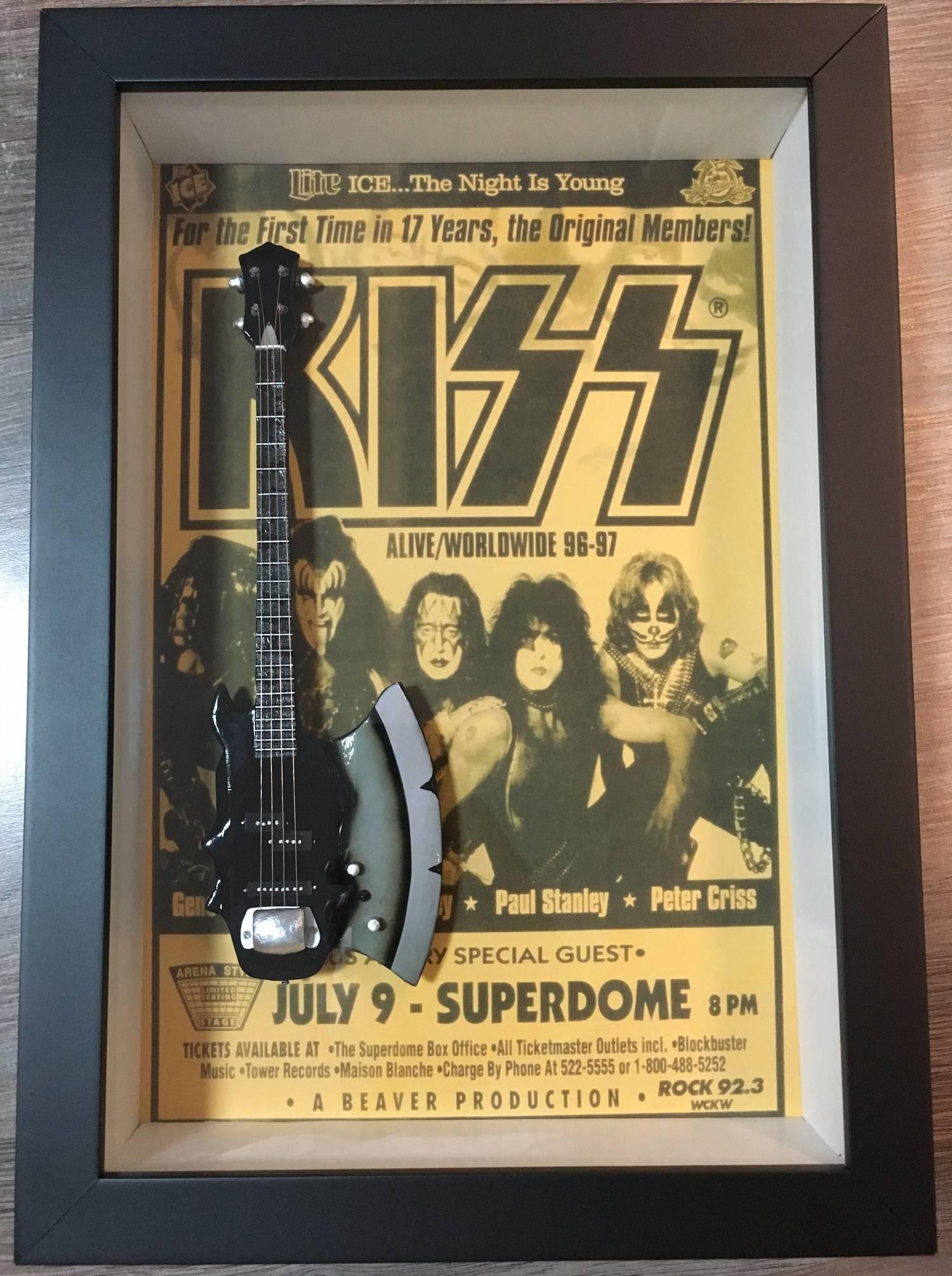 MiniLuthieria - Kiss - Quadro Gene Simmons com Mini Baixo