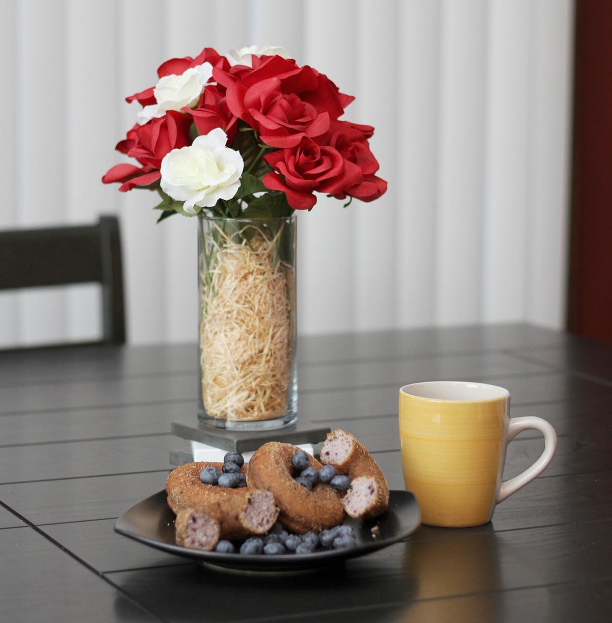 En una decoración de mesas, no deben faltar las flores