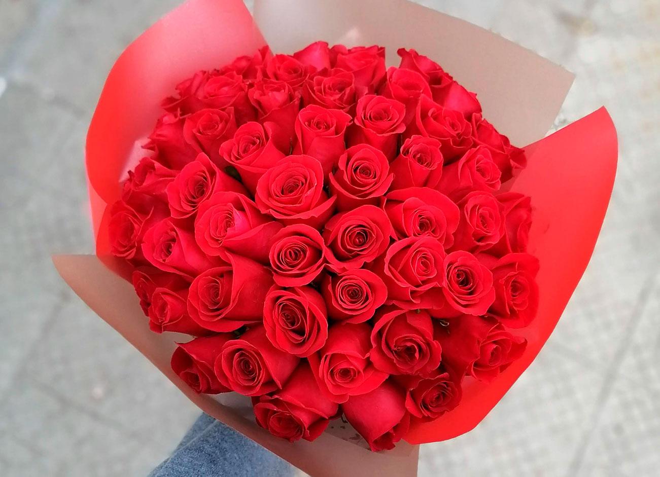 Ramo 50 rosas rojas: razones, momentos y significados