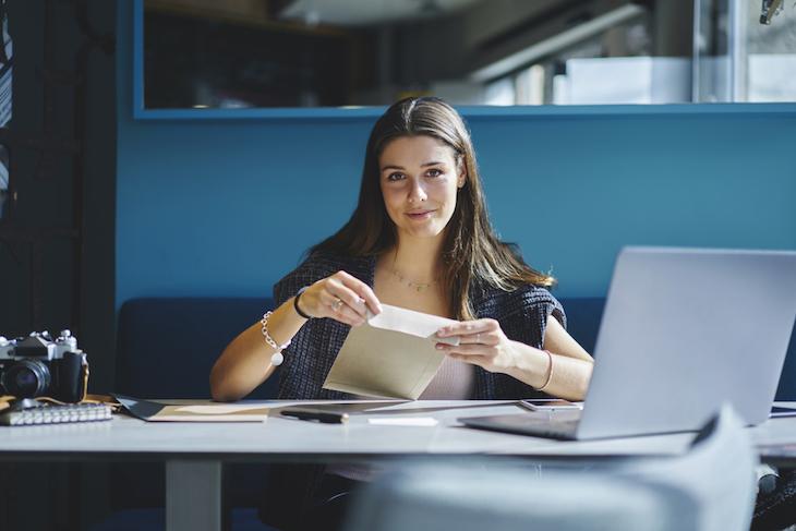 履歴書の封筒を手渡しするときはどうすればいい?書き方や渡し方のマナー講座