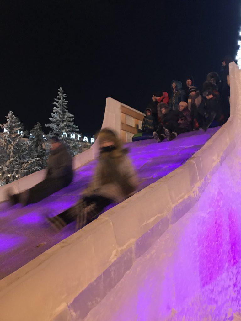 巨大な氷製の滑り台(イルクーツク)