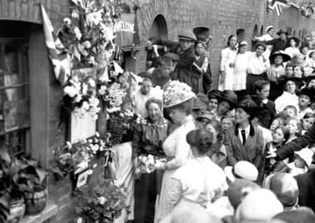 Queen-Mary-visits-Hackney-flower-shrine,-1916