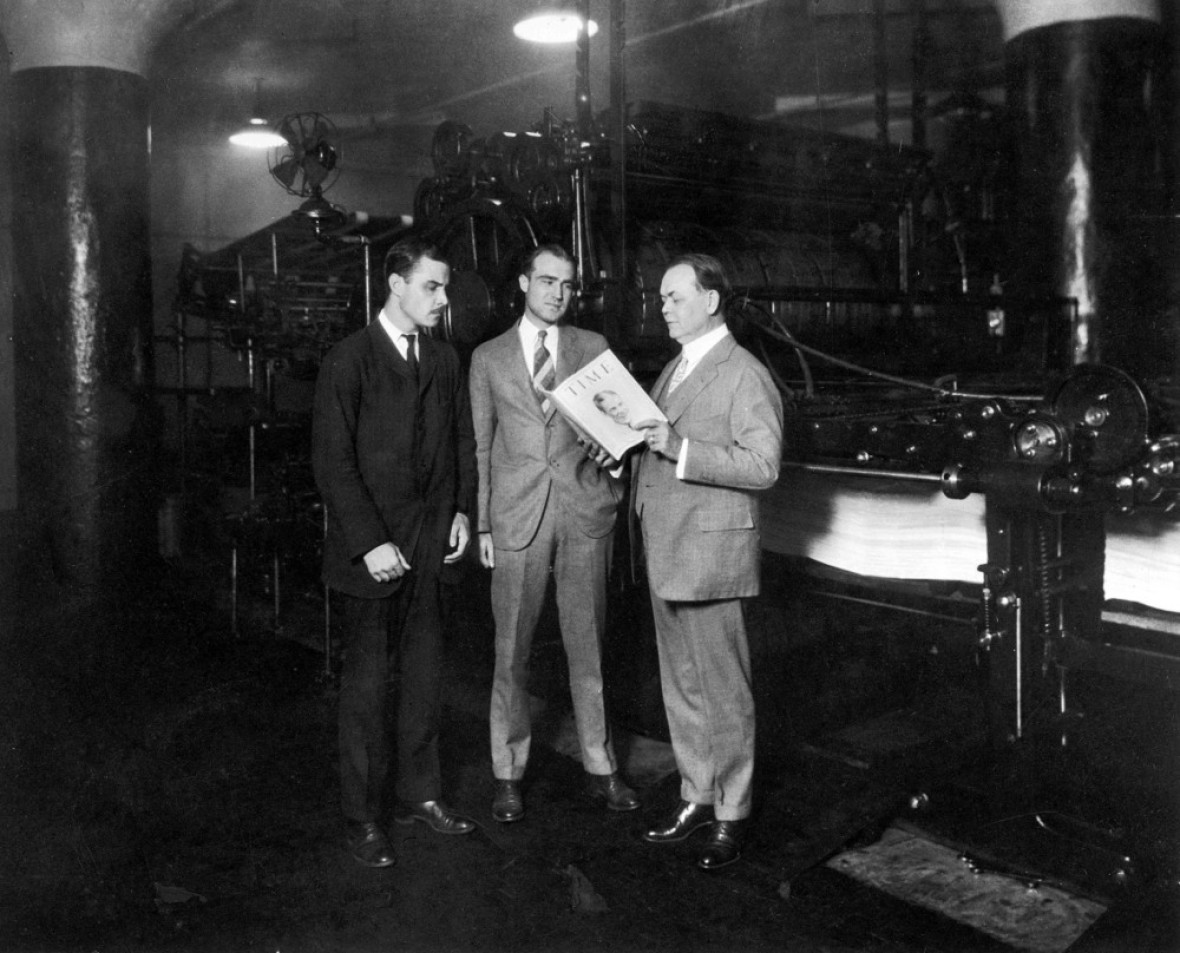American co-founders of Time magazine Briton Hadden (1898 - 1929) (left) and Henry Luce (1898 - 1967) (center) stand with politician and Cleveland city manager William R. Hopkins (1869 - 1961) who reads an article from an issue of Time magazine, Cleveland, Ohio, August 31, 1925. The magazine, dated from that day, features golfer Robert Tyre Jones Jr. on the cover. (Photo by Time & Life Pictures/Getty Images)