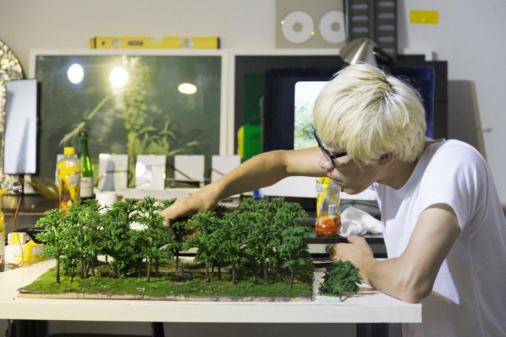 Cheng Ran and maquette of Crossroads, © Cass Sculpture Foundation