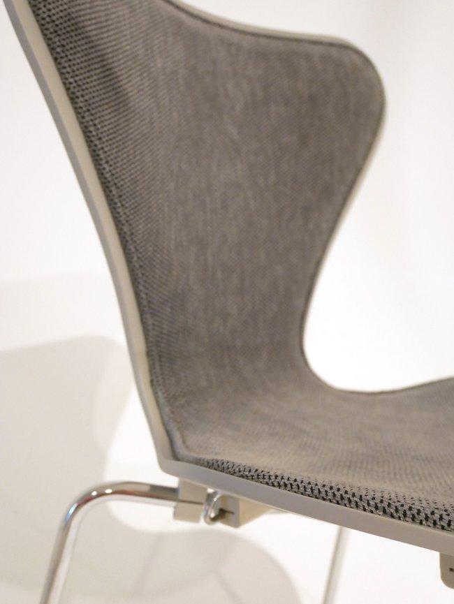 7an grå. Detaljbild på dynan
