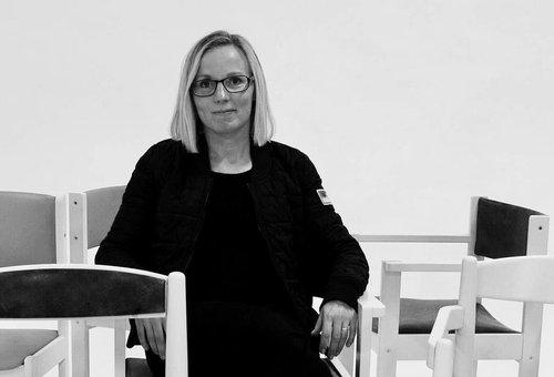 Jenny Ekman bland massa stolar