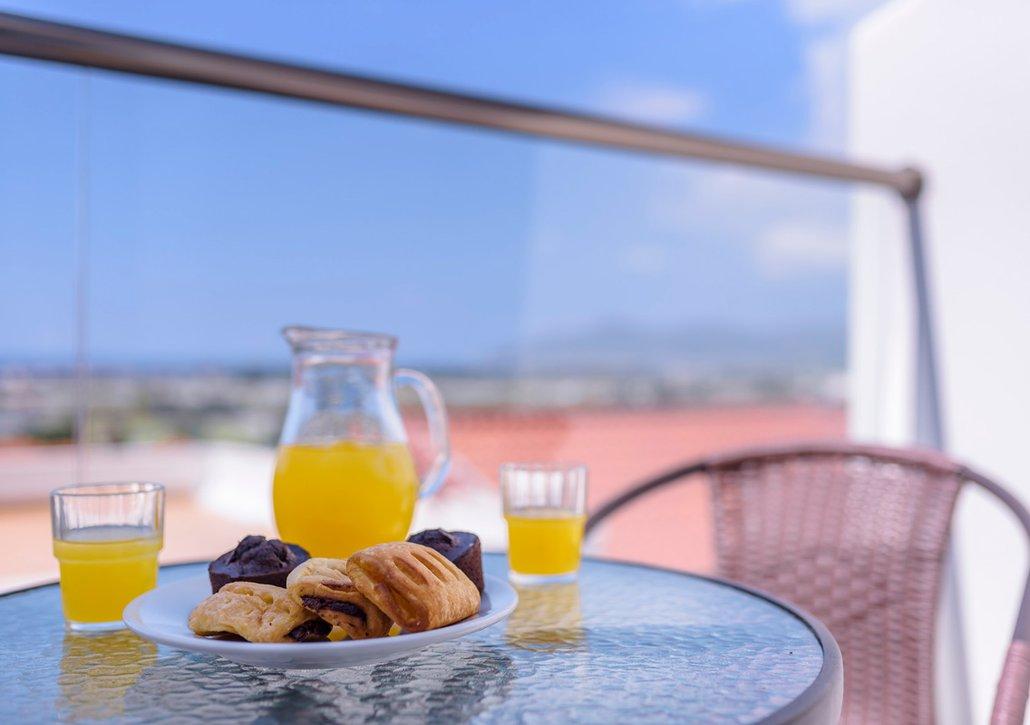 Πρωινό σε πιάτο απο τον μπουφέ μας στο μπαλκόνι του δωματίου σας