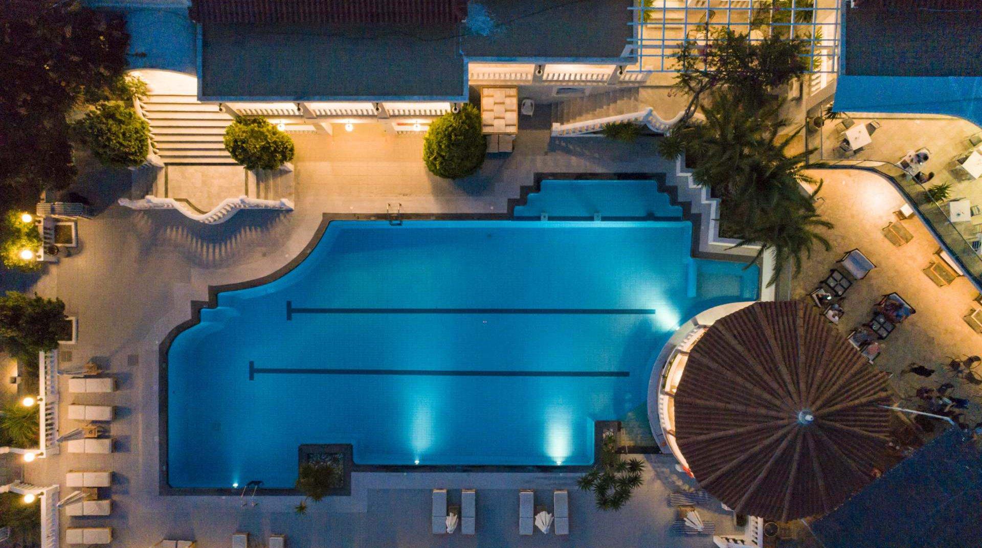 Η πισίνα μας από την κορυφή, μαζί με το pool bar μας