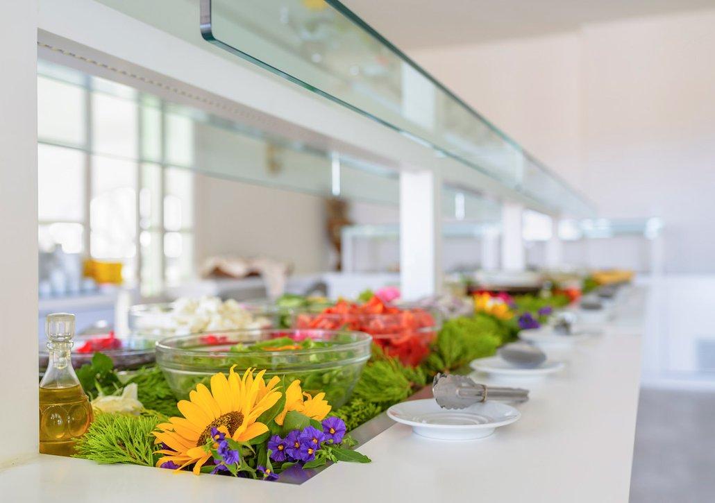 Ο μπουφές μας με τα υλικά για τις σαλάτες από κοντά
