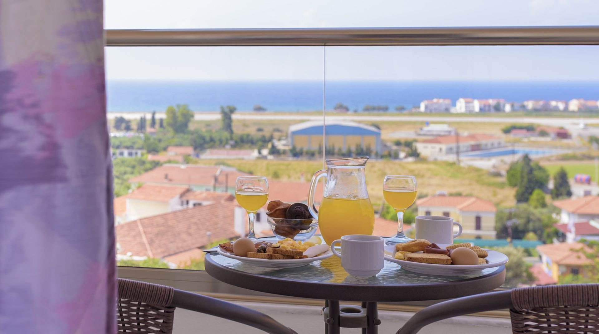 Το πρωινό από το δωμάτιο με θέα το νησί και την θάλασσα στον ορίζοντα