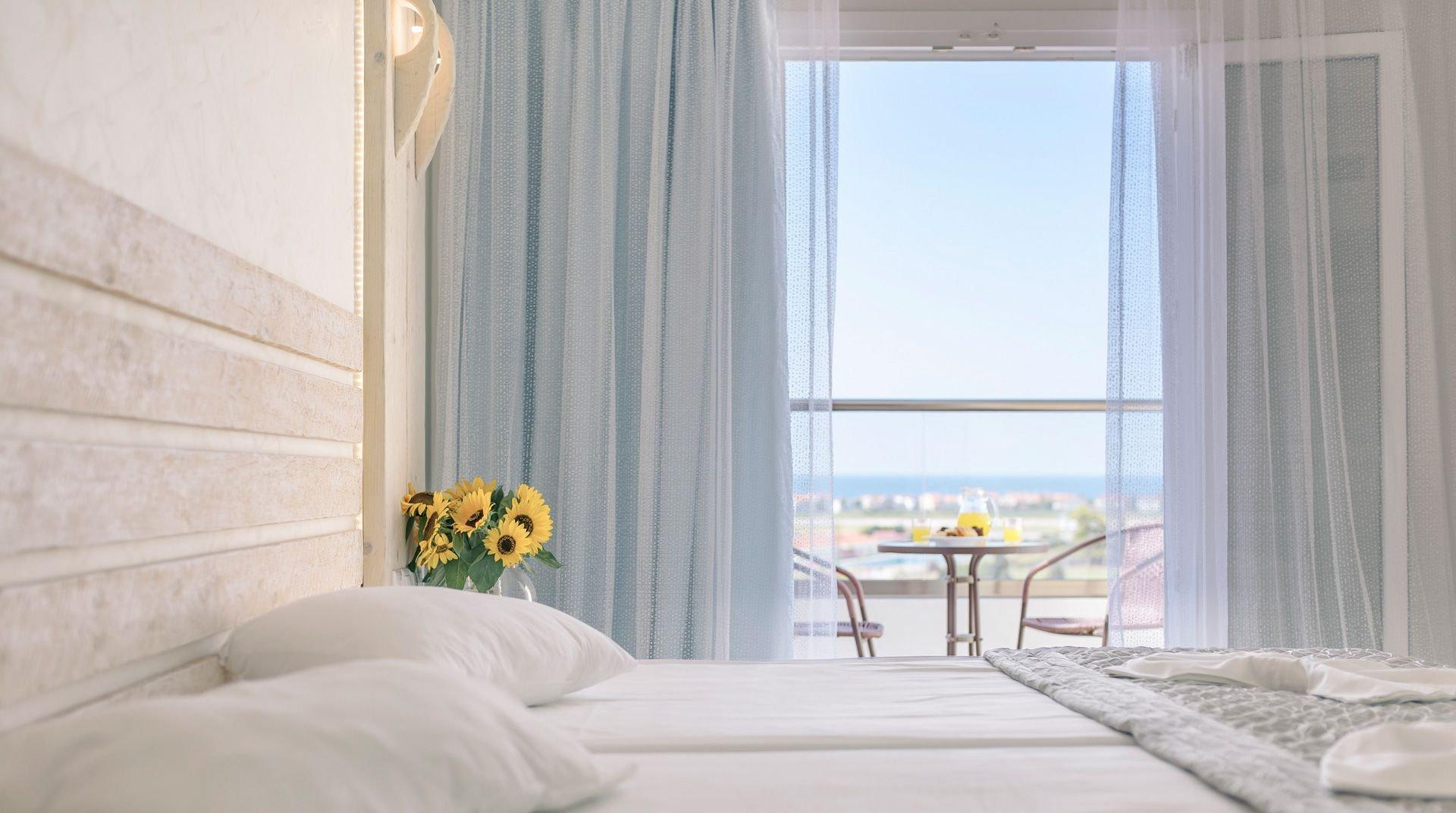 Το δωμάτιο μας από την άκρη δείχνοντας το κρεβάτι και την θέα από το παράθυρο
