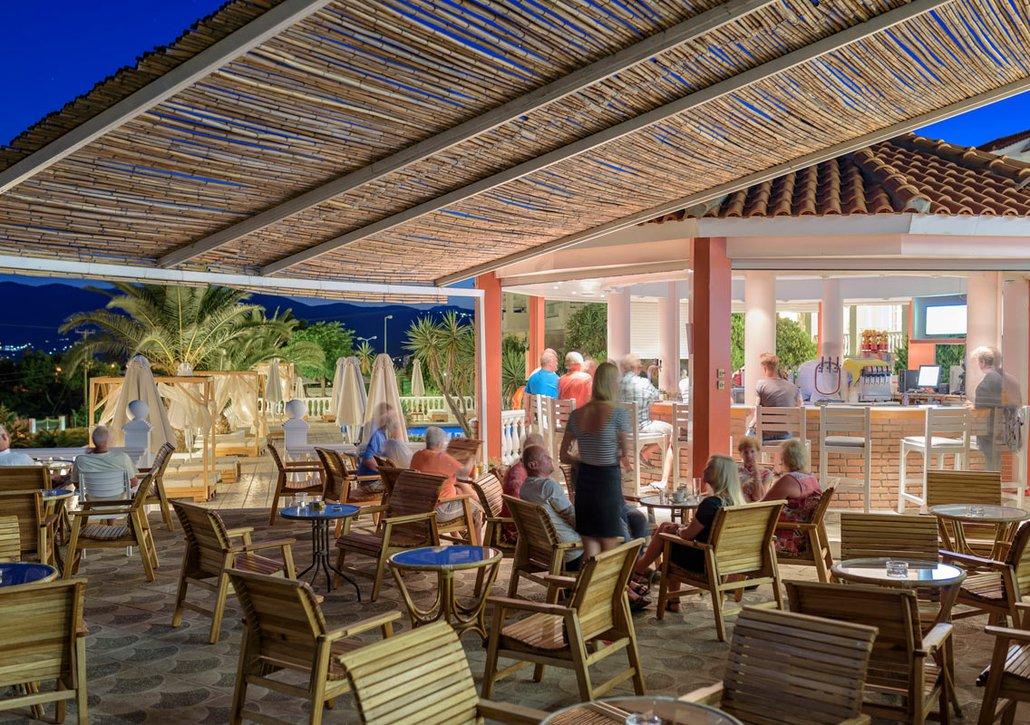 Το pool bar μας την νύχτα με κόσμο να κάθεται στα τραπέζια