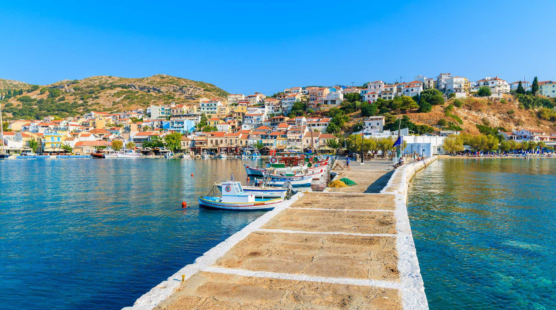 Το λιμάνι με το νησί στο παρασκήνιο