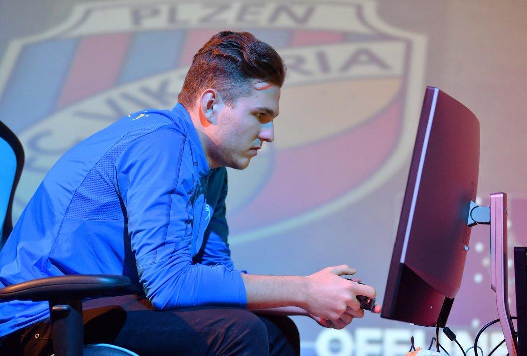 """Lukáš """"T9Laky"""" Pour zažil nejhorší víkendovku FIFA 21 •Foto: Michal Beránek / Sport"""