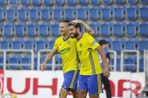 Zlínští Lukáš Železník s Petrem Buchtou slaví gól proti Slovácku •Foto: www.fcfastavzlin.cz