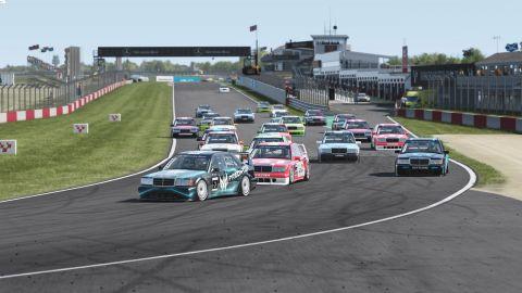 Vyrovnaný závod v Donington Parku ovládl Šmídl z Predatoru •Foto: virtualgp.cz