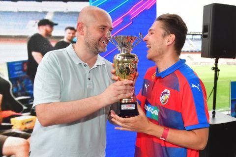 Lukáš Tomek, šéfredaktor Sportu, předává T9Lakymu trofej a šek pro vítěze •Foto: Pavel Mazáč (Sport)
