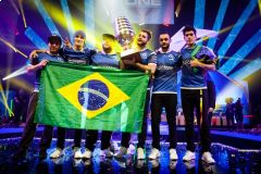 SK Gaming s trofejí ESL One Cologne 2016 • Foto: steamcommunity.com
