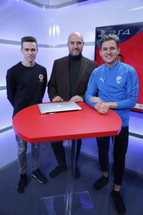Šéfredaktor deníku Sport Lukáš Tomek (uprostřed) s účastníky SUPERFINÁLE iSport LIGY Emericksonem (vlevo) a T9Lakym •Foto: Oliver Cuadra