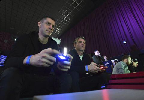 Obránce Sparty Ondřej Zahustel (vlevo) na iSport Cupu prohrál s Janem Rajnochem •Foto: Michal Beránek (Sport)