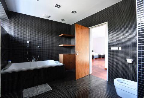 Jedna z nadstandardních koupelen se sprchovým koutem i vnitřní vířivkou. •Foto: Michal Beránek SPORT