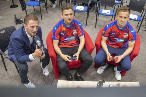 Plzeňský fotbalový tým dnes vstoupil do světa eSportu, tedy virtuálního fotbalu. Představil novou posilu konzolových her, údajně nejlepšího hráče takzvané FIFA sekce v ČR, dvacetiletého Lukáše Poura, který je známý pod přezdívkou T9Laky •Foto: Viktoria Plzeň (Martin Skála)