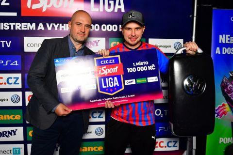 Šéfredaktor deníku Sport Lukáš Tomek (vlevo) s vítězem SUPERFINÁLE CZC.cz iSport LIGY JamesBonym •Foto: Pavel Mazáč / Sport