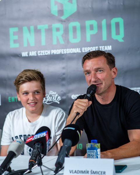 Vladimír Šmicer jako investor a mentor vstupuje do týmu Entropiq, za který bude hrát i jeho syn Jiří •Foto: Entropiq/ Bunkershot.cz