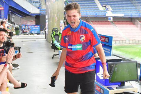 T9LAKY: Udělám vše, abych zase vyhrál. FIFA 20 chce trpělivost •Foto: Pavel Mazáč (Sport)