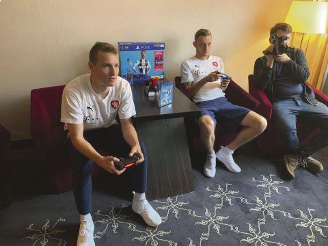 Jakub Jankto a Ladislav Krejčí si před kamerami iSport TV zahráli hru FIFA 19 •Foto: Pavel Janega (iSport.cz)