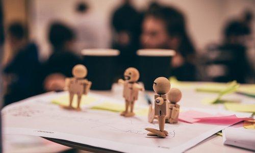 Design thinking träfigurer på ett bord