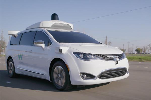 Minivan Pacifica Hybrid conduciendo en la pista de prueba de Waymo en California con fines ilustrativos
