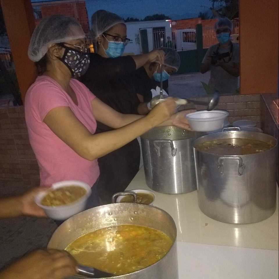 Doação de sopa na comunidade.