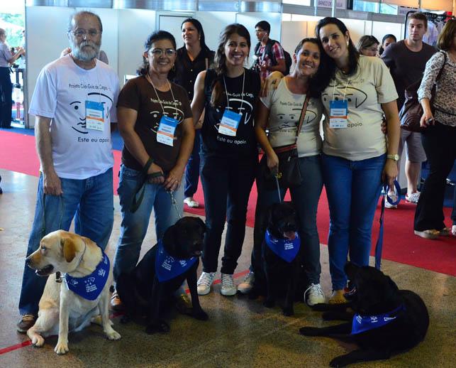 Foto da equipe da ONG Associação Amigos do Cão-Guia - AACG