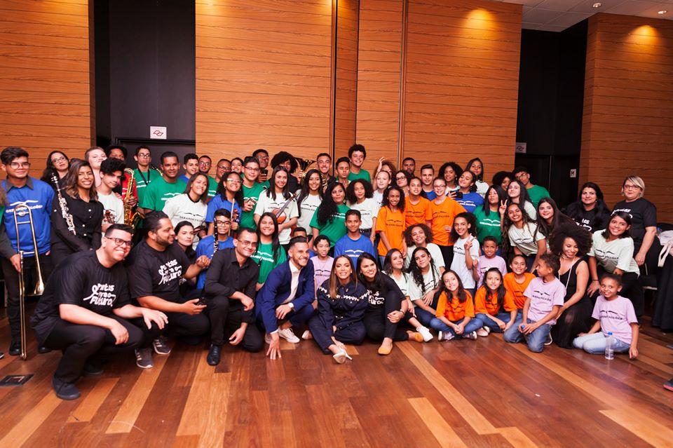 Foto da equipe da ONG gerando falcões