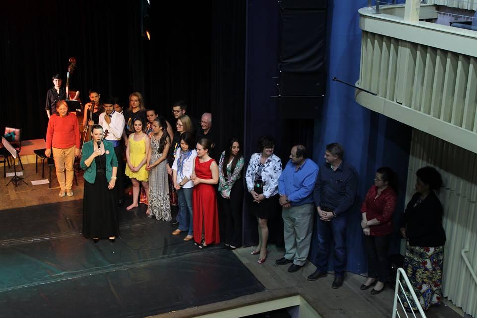 Foto da equipe da ONG associação orquestrando arte