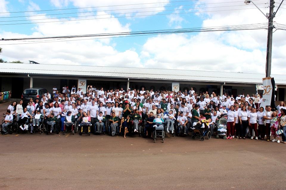 Foto da equipe da ONG Pequeno Cotolengo