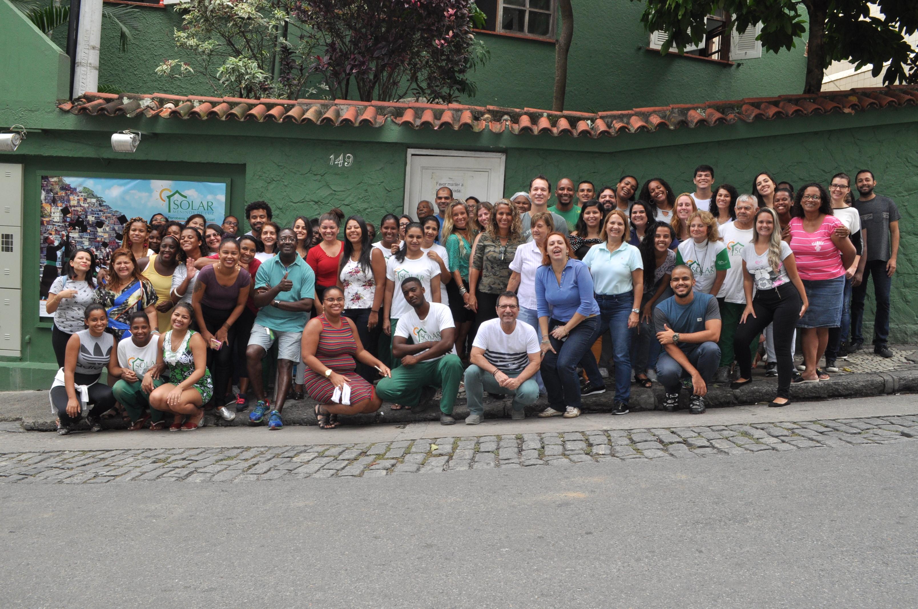 Foto da equipe da ONG Solar Meninos de Luz