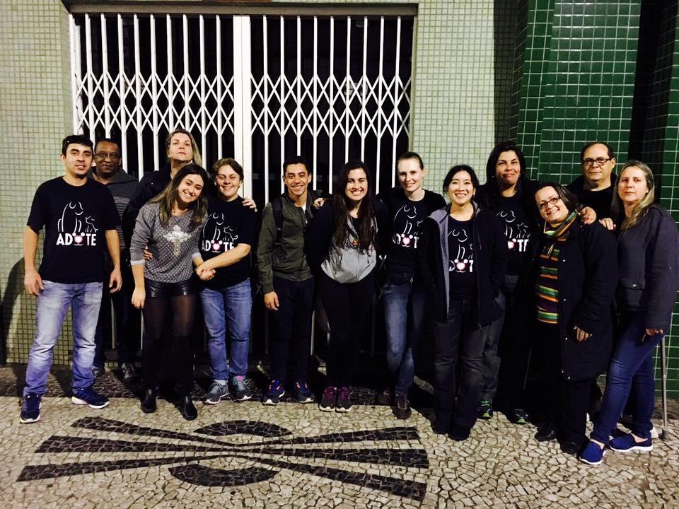 Foto da equipe da ONG SOS Bichos