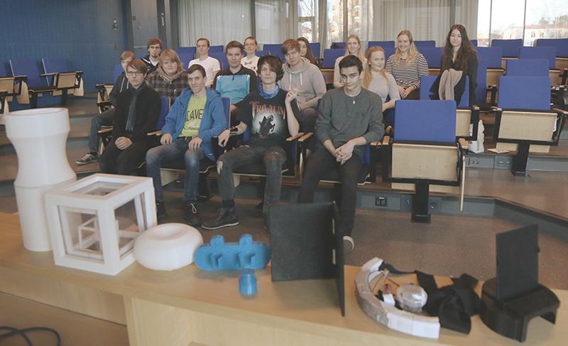 Etualalla kilpailuun 3D-printatut tuotteet. Takana kilpailuun osallistuneet tiimit Seinäjoen ja Nurmon lukioista.