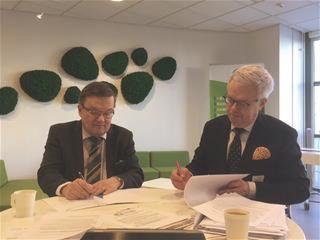 SeAMKin rehtori Tapio Varmola ja Luken kehitysjohtaja Ilkka P. Laurila allekirjoittamassa yhteistyösopimusta.