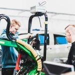Kaksi opiskelijaa työskentelevät auto- ja työkonetekniikan laboratoriossa.
