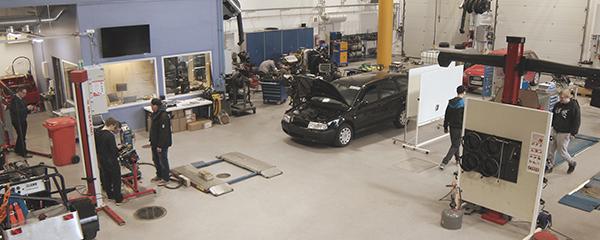 Näkymää auto- ja työkonetekniikan laboratoriosta.