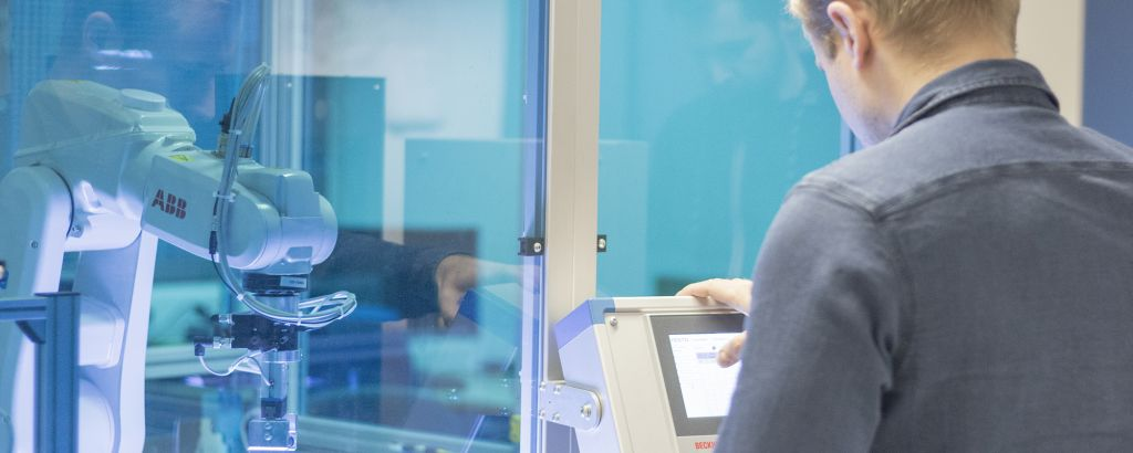 Opiskelija työskentelee digitaalisen tehtaan parissa laboratoriossa.