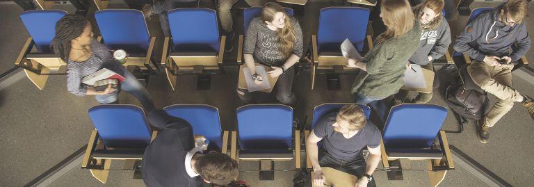 Opiskelijat saapuvat luennolle auditorioon.