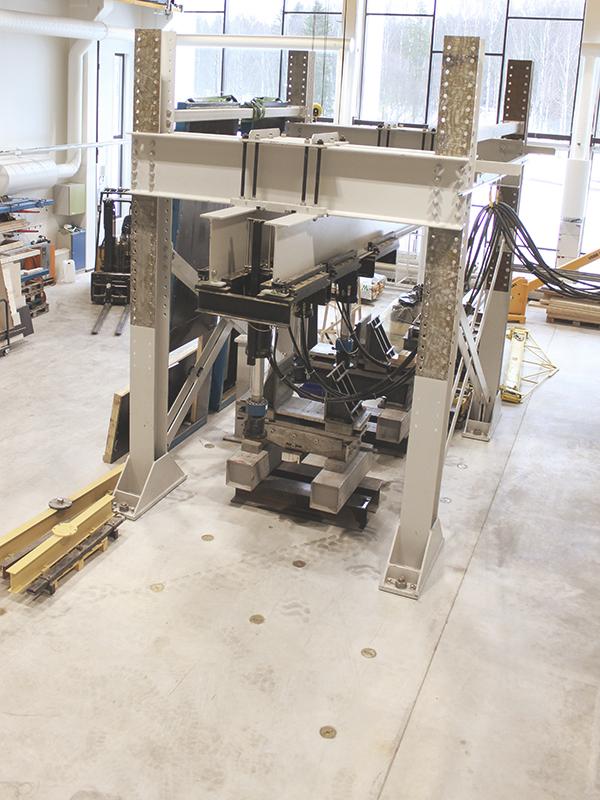 Kuormituskehällä tehdään rakennetekniset kuormituskokeet täysimittakaavaisille rakenteille rakennuslabrassa Frami Kampuksella.