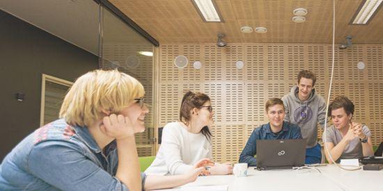 Ryhmä opiskelijoita tekemässä ryhmätyötä.