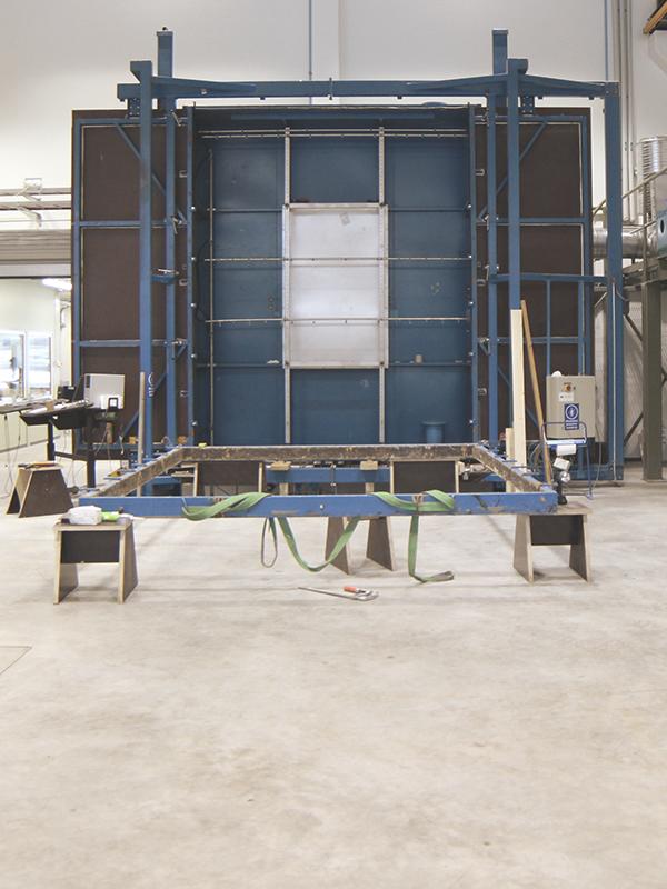 Julkisivuelementtien sekä ikkunoiden ja ovien tiiviystestaukset rakennuslabrassa Frami Kampuksella.